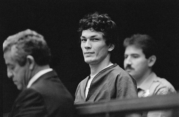 """Richard Ramirez, accusé d'être le tueur en série appelé """"Night Stalker"""", comparaît devant le tribunal pour renvoyer ses défenseurs publics et engager un avocat privé. Ramirez a finalement été reconnu coupable. Los Angeles, 9 octobre 1985. """"/> Richard Ramirez, accusé d'être le tueur en série appelé le"""" Night Stalker """", comparaît devant le tribunal pour renvoyer ses défenseurs publics et engager un avocat privé. Ramirez a finalement été reconnu coupable. Los Angeles, 9 octobre 1985.      <h3 data-recalc-dims="""