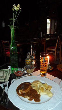 Dîner aux chandelles dans un célèbre restaurant juif de Cracovie en Pologne