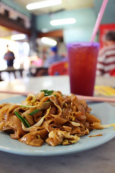 Le plat traditionnel Char Koay Teow à George Town sur l'île de Penang en Malaisie