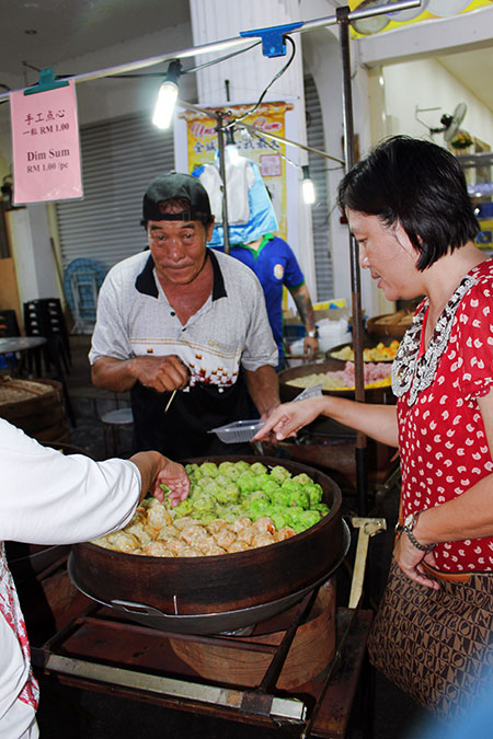 Vendeur de dim sum à George Town sur l'île de Penang en Malaisie