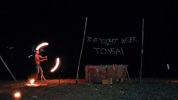 Beach party sur la plage de Tonsai le soir de la Saint Sylvestre
