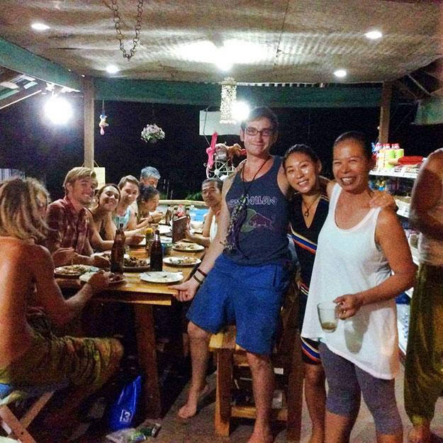 Ambiance conviviale au restaurant Sweet Monkey à Tonsai beach