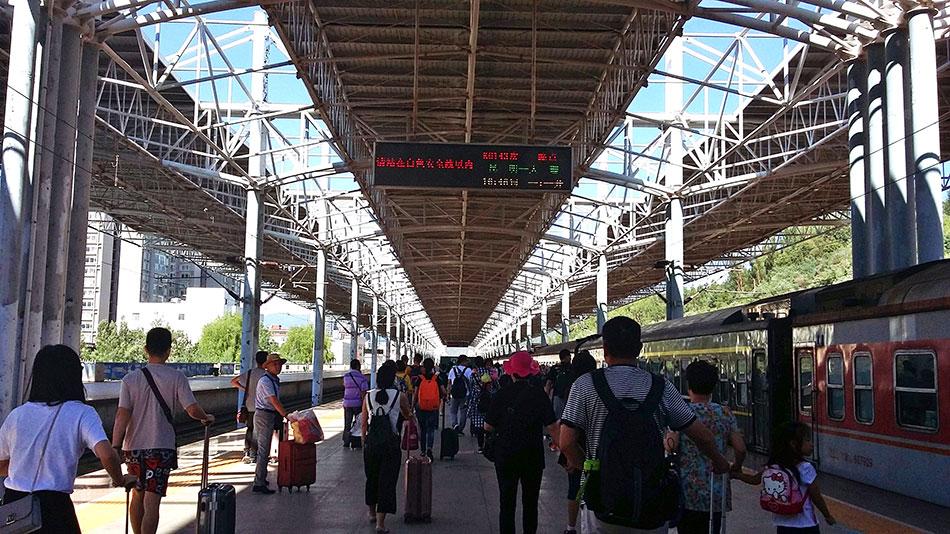 Sur le quai d'une gare en Chine