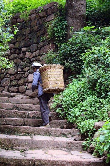 Porteur dans le village de Nuodeng dans le Yunnan en Chine