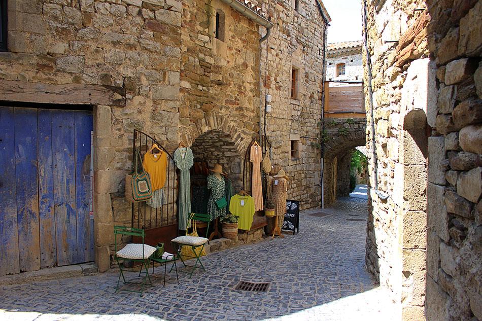 Naves et ses ruelles comptent parmi les villages de caractère à visiter en Sud Ardèche.