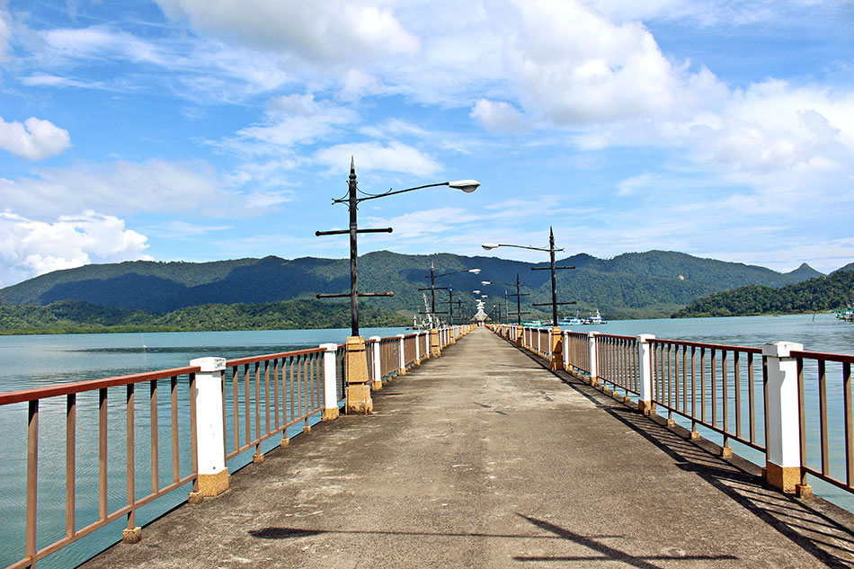 Ponton à Salak Phet, sur la côte sauvage de l'île de Koh Chang en Thaïlande
