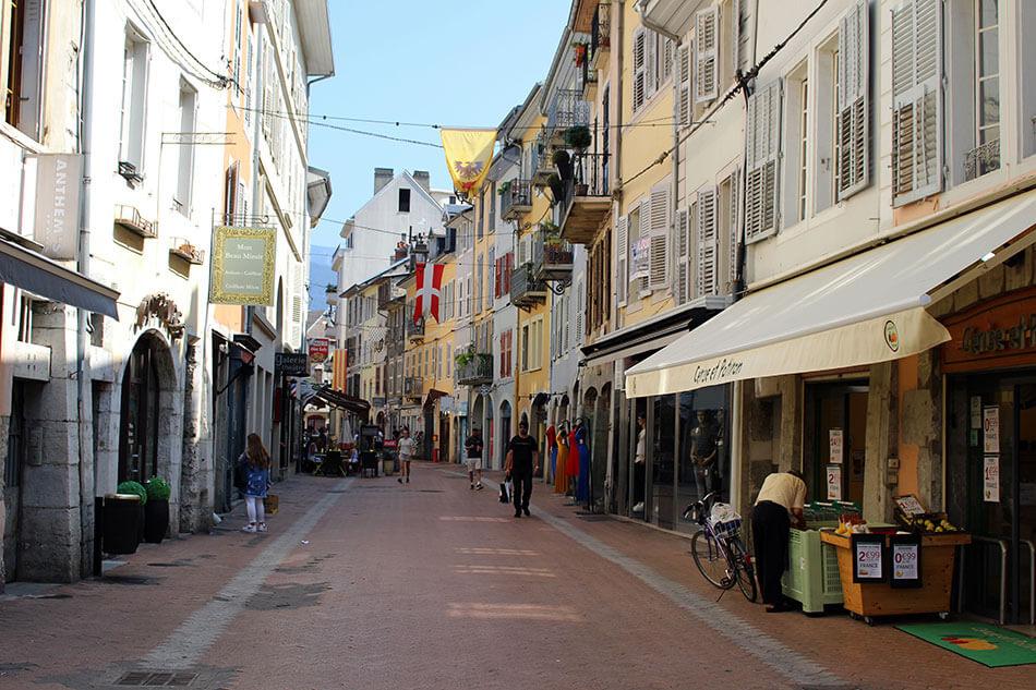 Balade dans les rues de Chambéry, ancienne capitale de la Savoie en France.