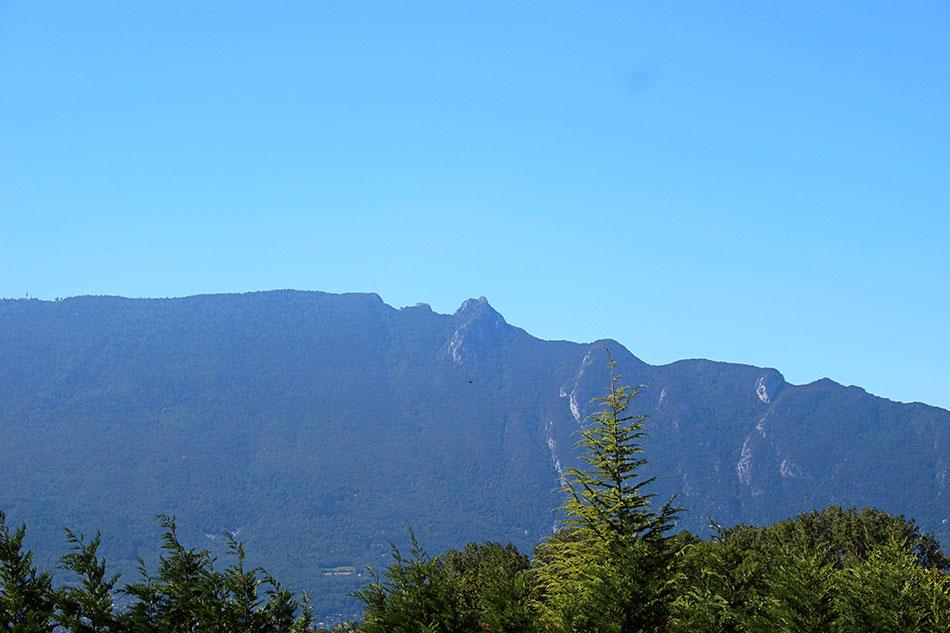 Vue sur la dent du chat, montagne légendaire dominant le lac du Bourget dans le département de la Savoie en France