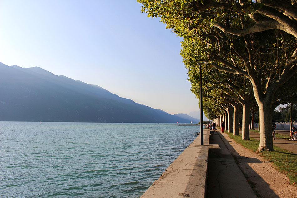 Vue sur le lac du Bourget de l'esplanade d'Aix-les-Bains dans le département de la Savoie en France.