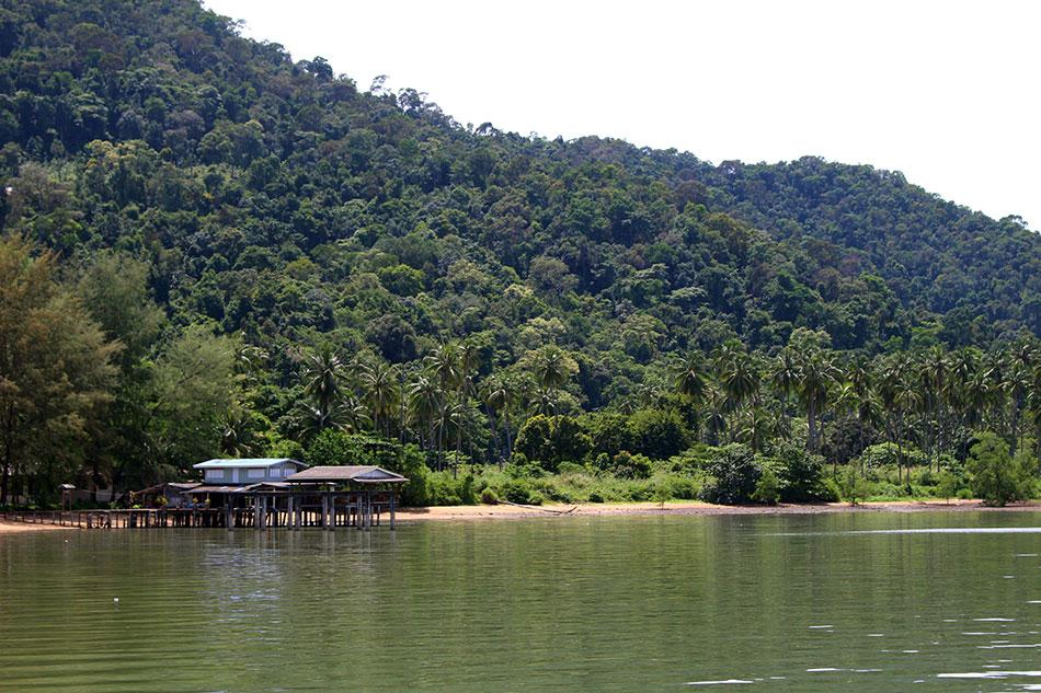 Maison sur pilotis sur la côte est de l'île de Koh Chang dans la province de Trat en Thaïlande.