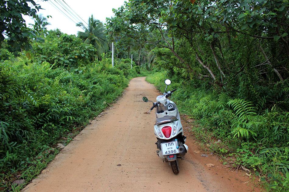 La location de scooter est la meilleures solution pour explorer l'île de Koh Chang dans la province de Trat en Thaïlande.