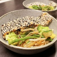 Sesambagt laks med grøntsager og risnudler