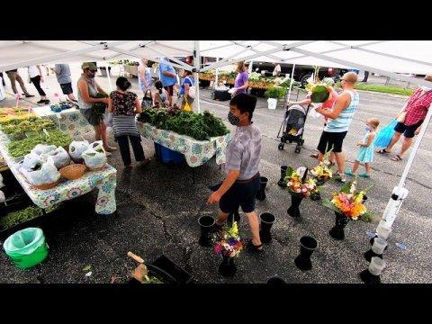 Hmong meskas muag paj July 18, 2020 hauv Waukesha Farmers Market.