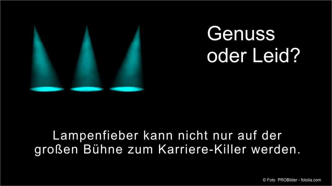 Lampenfieber wird definiert als Anspannung vor einem Auftritt.
