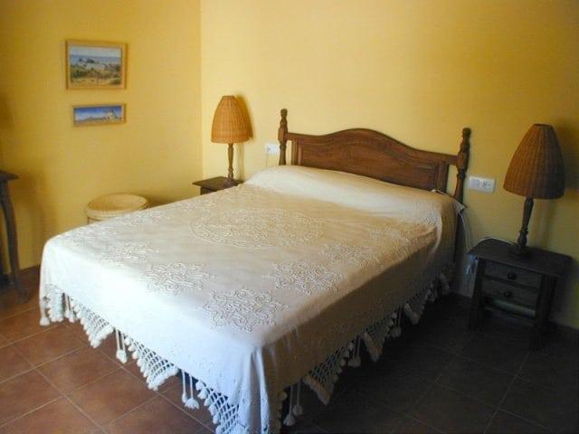 Dormitorio con cama de matrimonio
