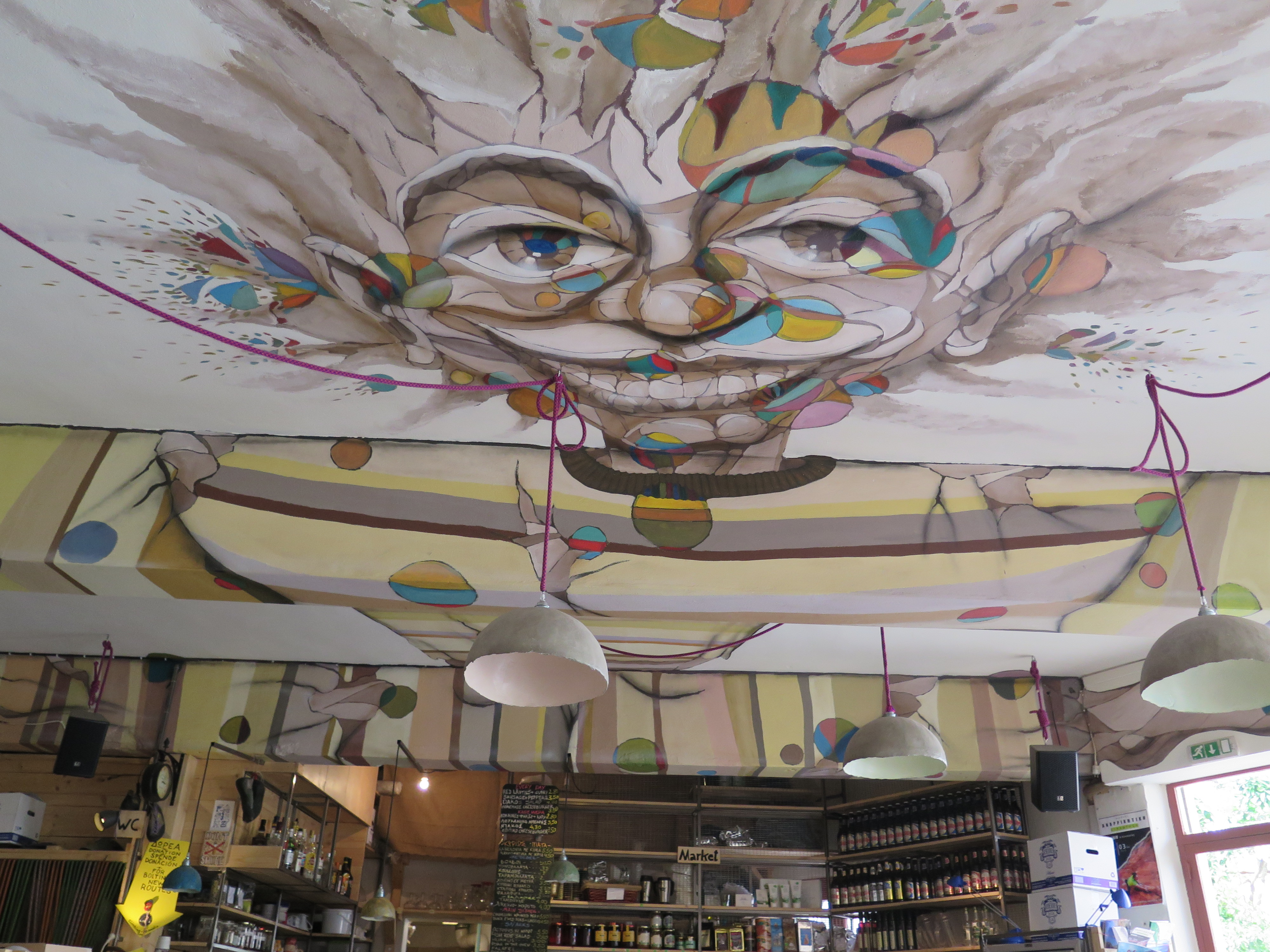 Úžasná stropní malba v lezecké kavárně.