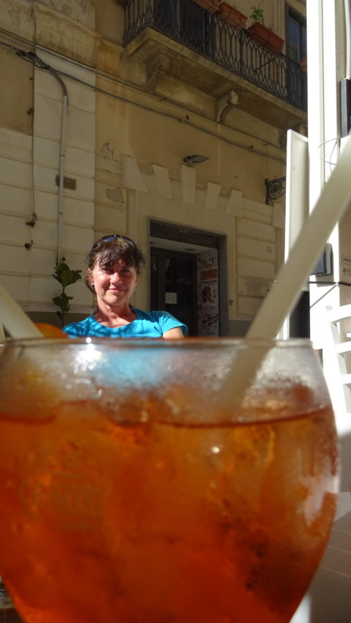 Na závěr několik našich vzácných rad      pomůže vám na Sicílii přežít snad:      Jestli chcete radost velkou mít,      musíte víno a aperol často pít!