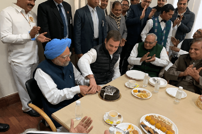 Manmohan Singh Not Free to Cut His Own Birthday Cake: Fact Check