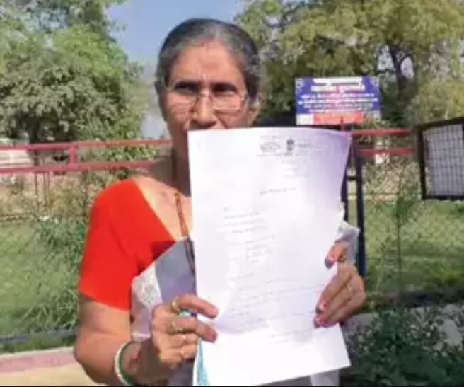 Original photograph of Jashodaben showing a copy of RTI she filed regarding her security