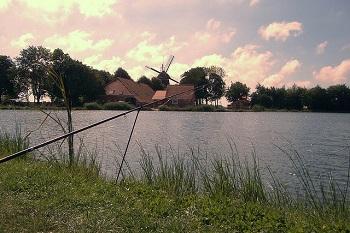 Angelparadiese gibt es viele in Deutschland (verträumter See in Wilhelmshaven).
