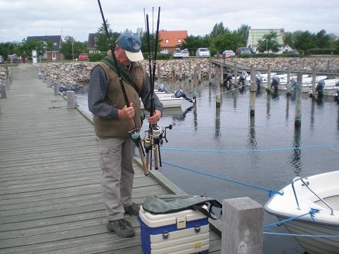 Die Angelfahrt vom Spodsbjerger Sporboothafen kann beginnen, auf die Schnelle werden noch mal die Angelgeräte durchgesehen.