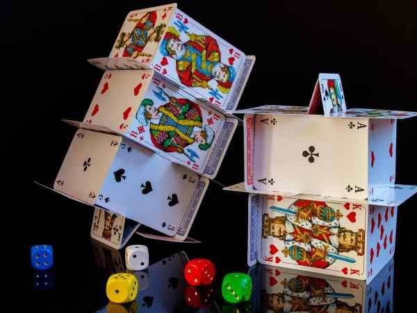 Kartenturm aus Pokerkarten