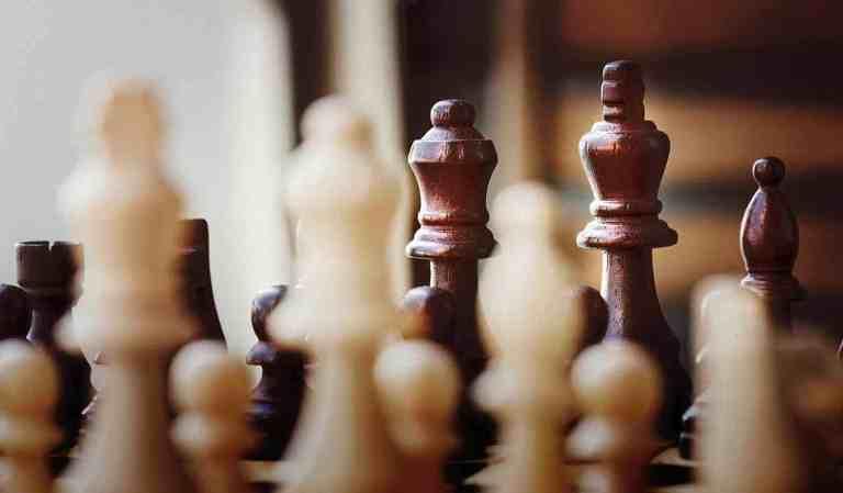 Schachbrett mit Holzfiguren