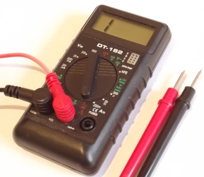 Aparat de măsură setat pentru verificarea tranzistoarelor.