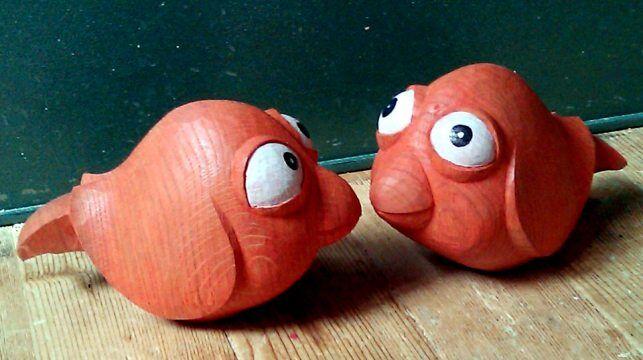 Ahşap oyma oyuncak balıklar, sanatçının basit bir malzemeden ne kadar harikulade oyuncaklar üretebileceğini ortaya koyuyor...
