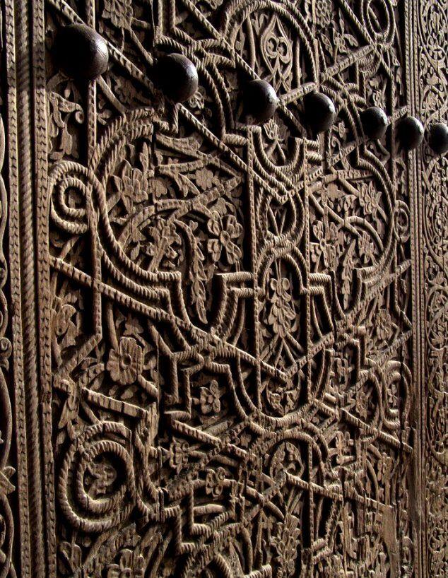 Kündekari tekniği ve ahşap oyma sanatı ile ortaya konulmuş harika bir kapı... Üstat adeta ahşap ile oynamış!