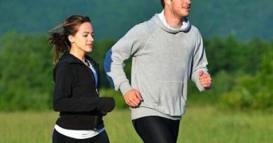 Spor yapın ama kıvamında, spor yapmak çok faydalıdır. Resimdeki kız ve erkek koşarken vücutlarının neredeyse tüm fonksiyonlarını kullanıyorlar