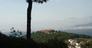 İstanbul manzarası Heybeliada tepesinden seyredilir - Video