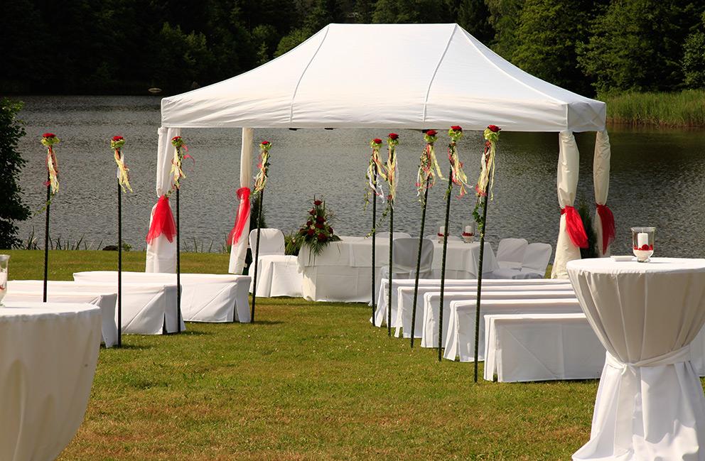 Wohlbefinden Wohlbefinden  Trauung kirchlich standesamtlich Hochzeit Equipment Tische
