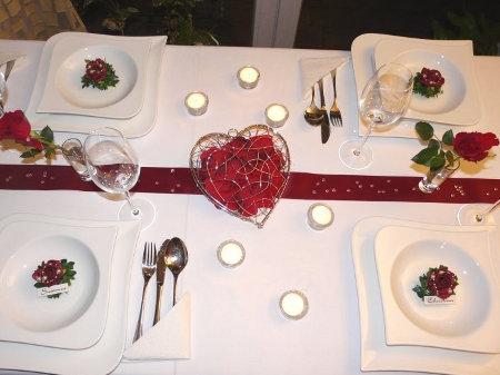 Tischdeko in Rot mit Teelichtern  Foto