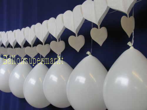 Girlande aus Herzen mit Luftballons