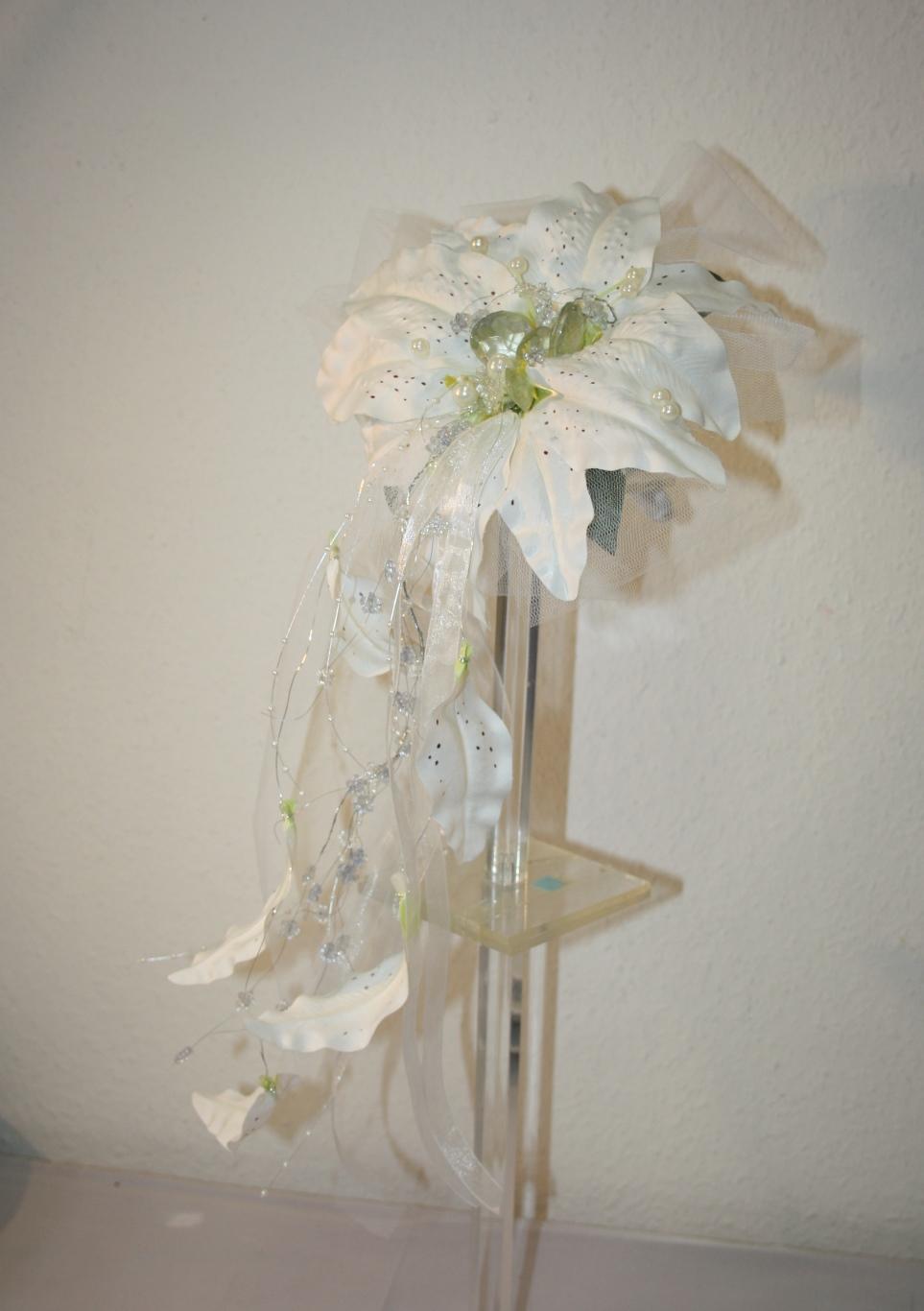Brautstrauss Lilie mit Perlen und Glassteinen