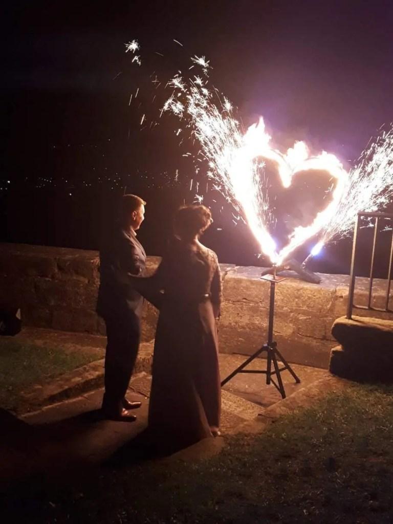 Brautpaar vor Feuerherz mit Fontänen