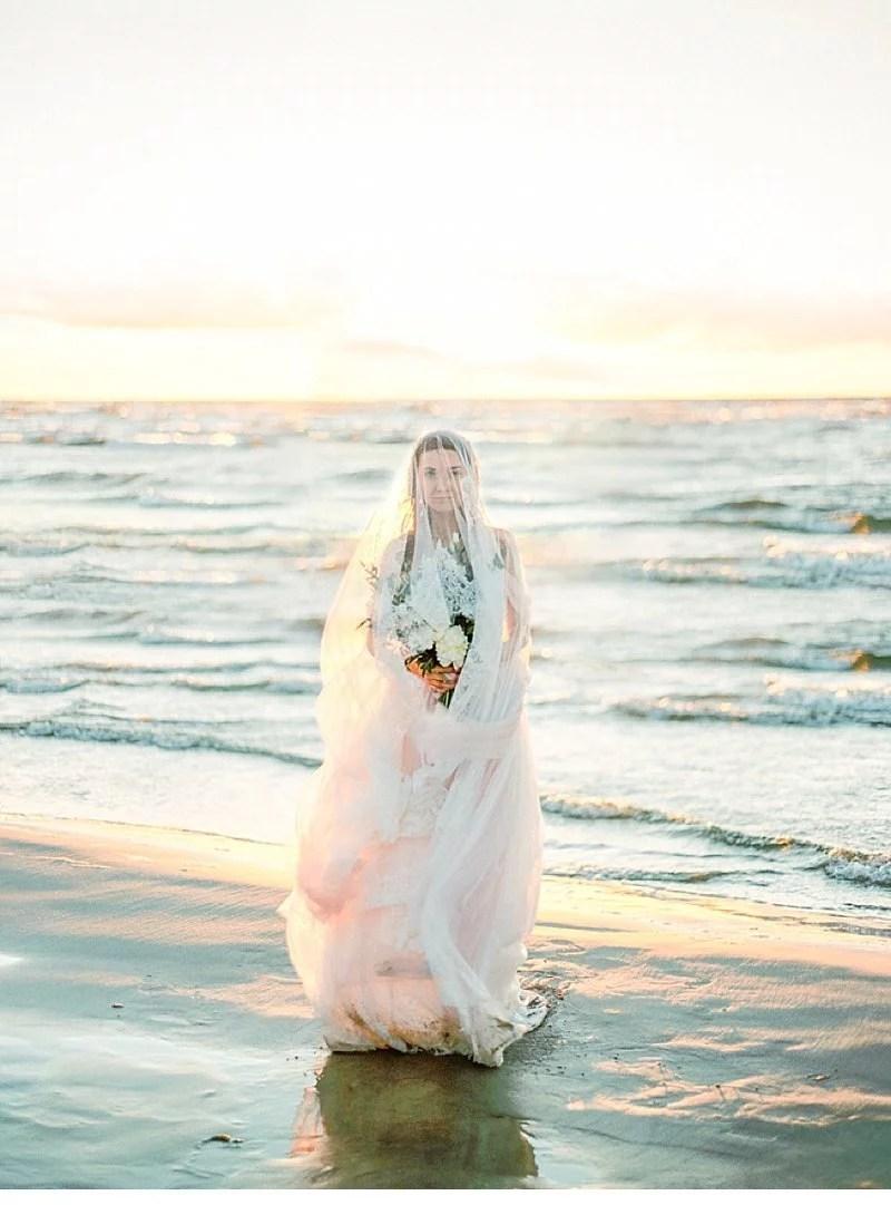 Malerische Strandidylle im Sonnenuntergang von Olga Siyanko