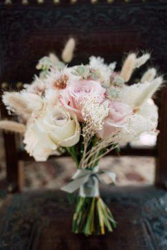 Zarter Brautstrauß mit einem Hauch von Trockenblumen