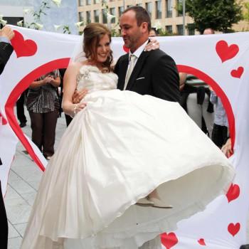 Hochzeitsherz aus einem Bettlaken ausschneiden  das