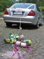 Hochzeitsbrauch Blechdosen am Hochzeitsauto anbinden