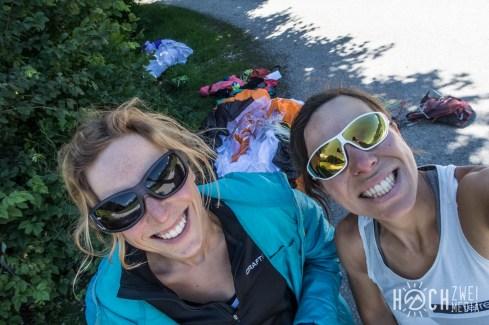 Zwei Grinsekatzen unter dem Grimming. Nahe beim Auto und der Skiflugschanze landen wir am Kulm.