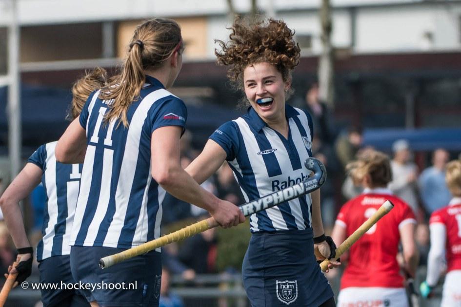 Julia Verschoor van hdm is blij na het scoren