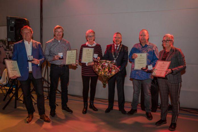 Burgemeester Jan Luteijn reikte de allerlaatste Cromstrijense waarderingspenningen uit aan vijf burgers