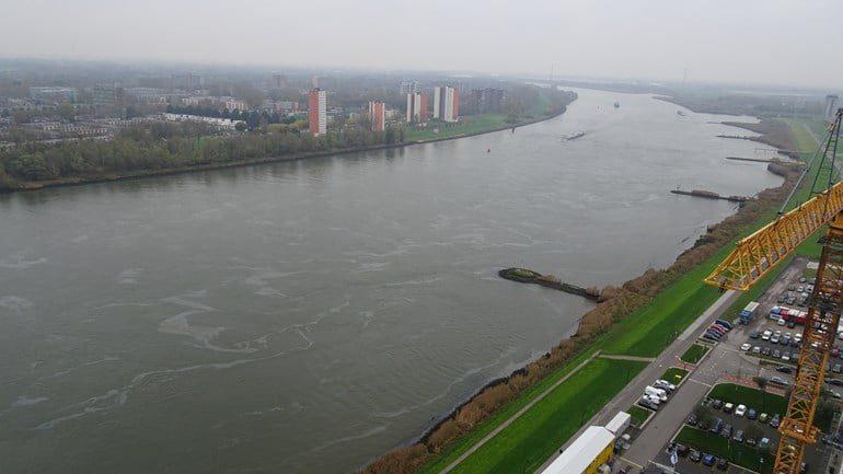 Kilometers aan olievlekken op de Oude Maas vanaf 's-Gravendeel tot aan Spijkenisse - Hoeksche Waard Nieuws - Hoeksche Waard Nieuws