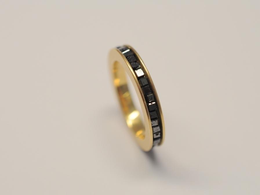 Ring aus 750er Gelbgold mit schwarzen Diamanten