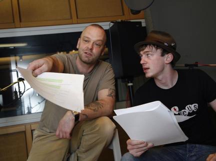 Robert Gallinowski als Aufseher Joe und Tino Mewes als Connor; Bild: WDR / Sybille Anneck