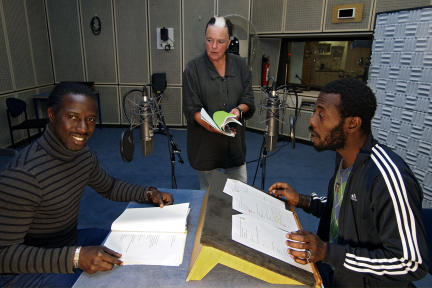 Mandjou Doumbia, Regisseurin Susanne Amatosero und Ibrahima Sanogo; Bild: NDR/Fritz Meffert
