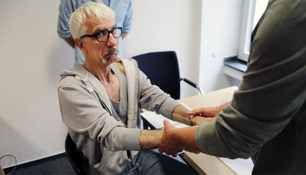 Erich Wingert (Ralf Richter) werden nach der Vernehmung die Handschellen angelegt; Bild: WDR/Freya Hattenberger