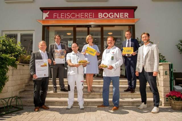 Lassen sich die neue Kooperation schmecken (v. l.): Jakob Ellinger (Innungsmeister der Fleischer NÖ), Wolfgang Ecker (Präsident der Wirtschaftskammer NÖ), Michael Bogner (Fleischermeister Fleischerei Bogner), Marion Boda (Geschäftsführerin der Niederösterreich CARD), Johann Ehrenberger (Innungsmeister der Lebensmittelgewerbe NÖ), Jochen Danninger (Wirtschafts- und Tourismuslandesrat) und Heinrich Schmid (Innungsgeschäftsführer der Lebensmittelgewerbe NÖ).